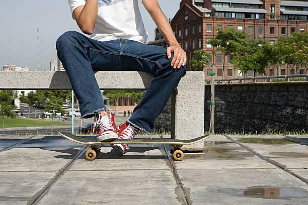 skateboarder - sitzbank schuhe stock-fotos und bilder