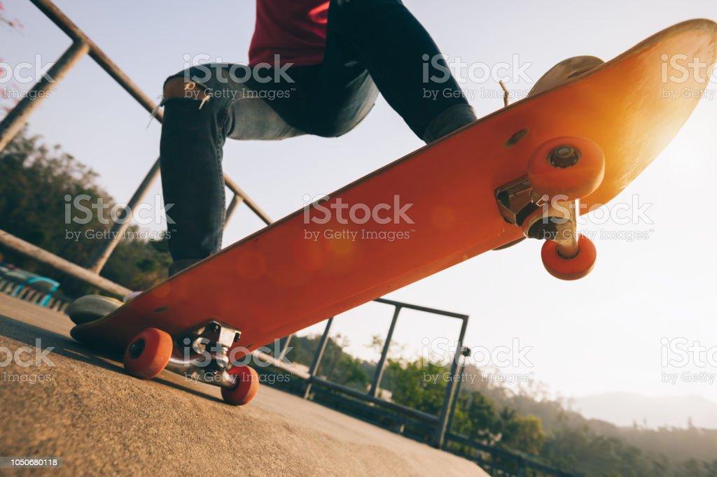 Skateboarder skateboarding at skatepark – zdjęcie