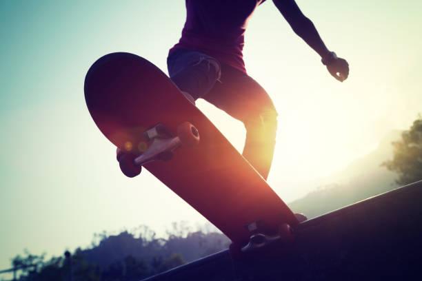 Skateboarder Skateboarding an der Skatepark-Rampe – Foto