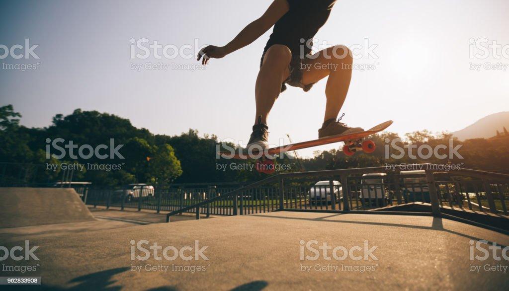 skateboarder skateboarding on skatepark - Foto stock royalty-free di Adulto