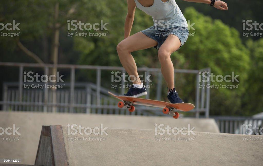 SKATEUR faire du skate-board sur skatepark la bretelle - Photo de Activité libre de droits