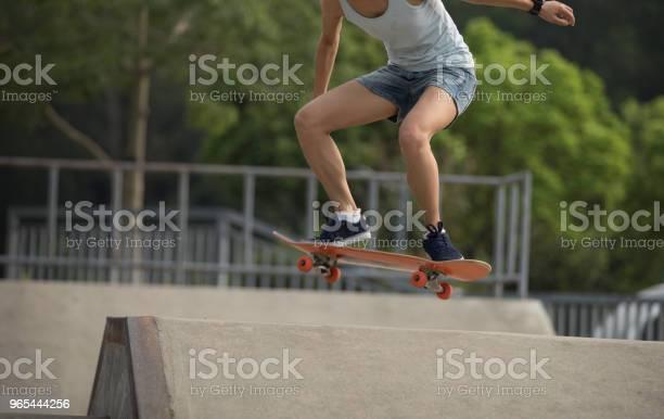 On Skatepark 아타투르크 Skateboarder 스케이트보드 타기 경사로에 대한 스톡 사진 및 기타 이미지