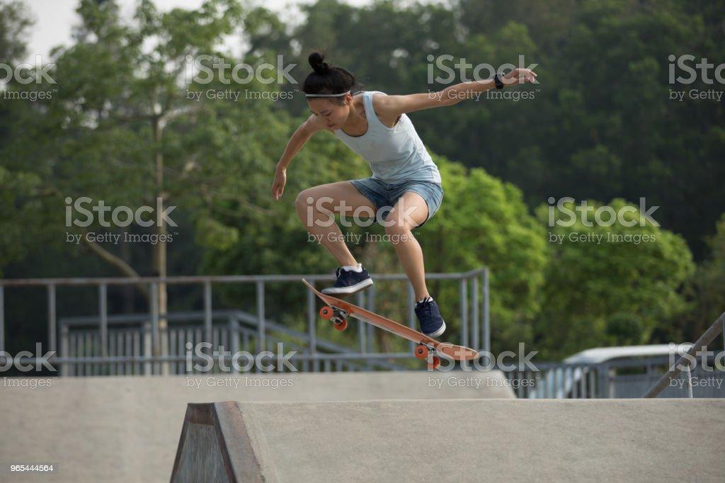 skateboarder skateboarding on skatepark ramp zbiór zdjęć royalty-free