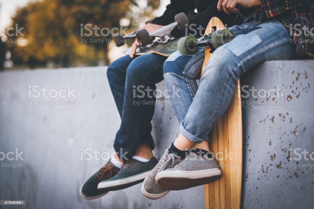 Tomando un descanso en el skate park de patinadores - foto de stock