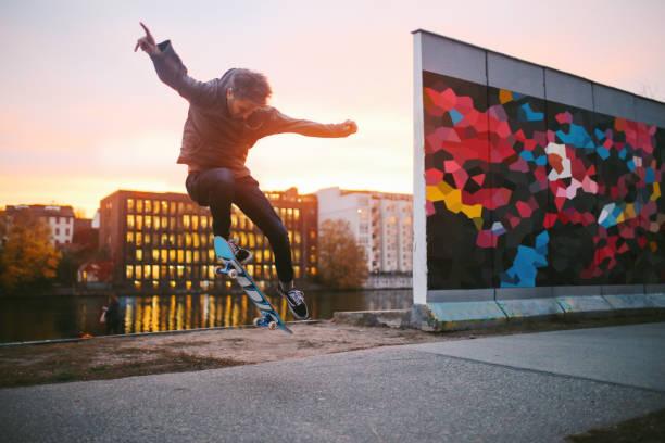 skateboarding in berlin von der spree - kreuzberg stock-fotos und bilder