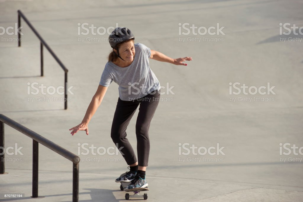 Skate é atividade de lazer para idosos ativos. - foto de acervo