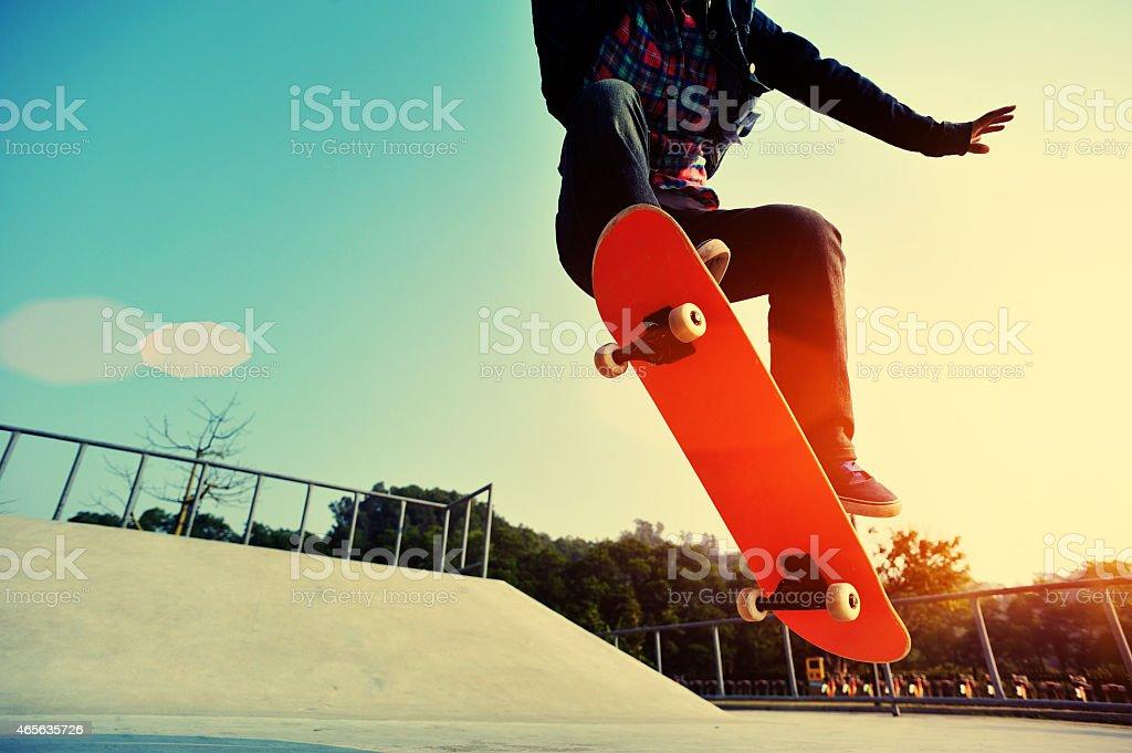 skateboarding-jumping bei Sonnenaufgang – Foto