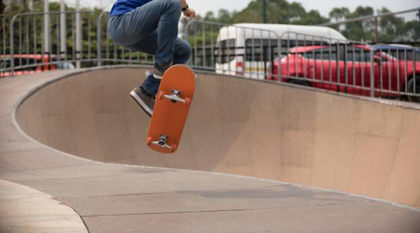 Skateboarden im Skatepark ramp – Foto