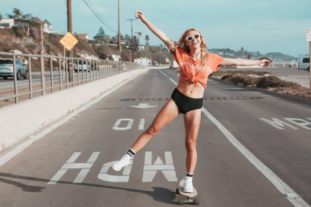 Skater Mädchen Skaten auf der Straße in Malibu. – Foto