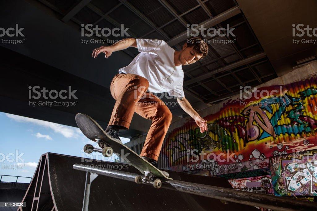 Skater springen auf seinen Skate im skatepark – Foto