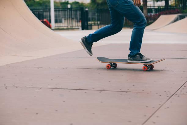 Skater Beine Schlittschuhlaufen auf Rampe Skatepark – Foto