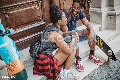 Skating Couple Siting On Stairs - Stockowe zdjęcia i więcej obrazów 25-29 lat