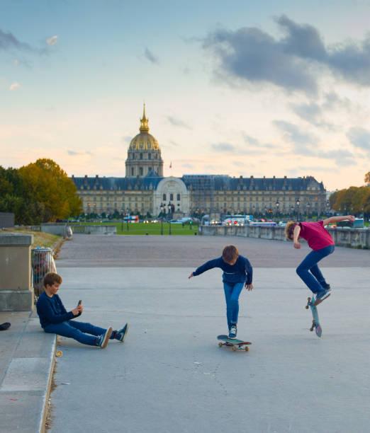 patinage ado enfants, paris - république photos et images de collection