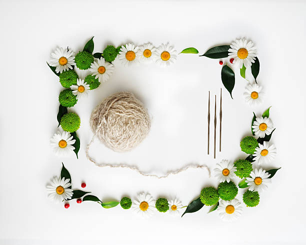 skein of wool and hooks knitting with decoration of flowers. - kranz häkeln stock-fotos und bilder