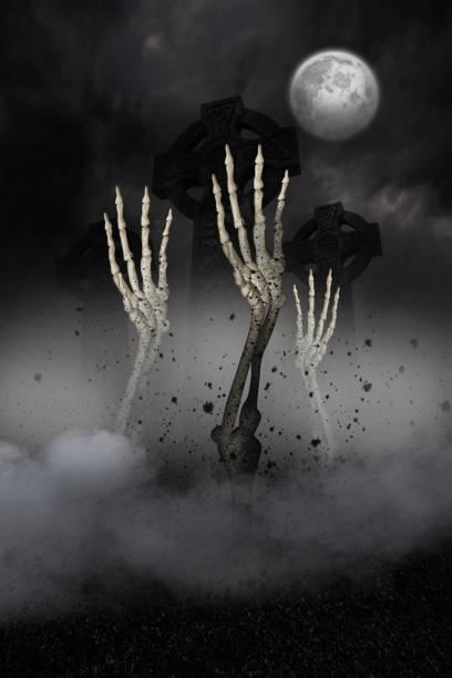 skeletthände platzen aus dem grab - skelett hand stock-fotos und bilder