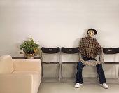 スケルトン Man Sitting ウェイティングのお部屋、新聞のお届け