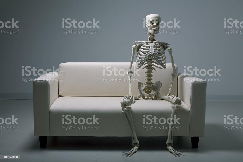 Skelett auf einer couch – Foto
