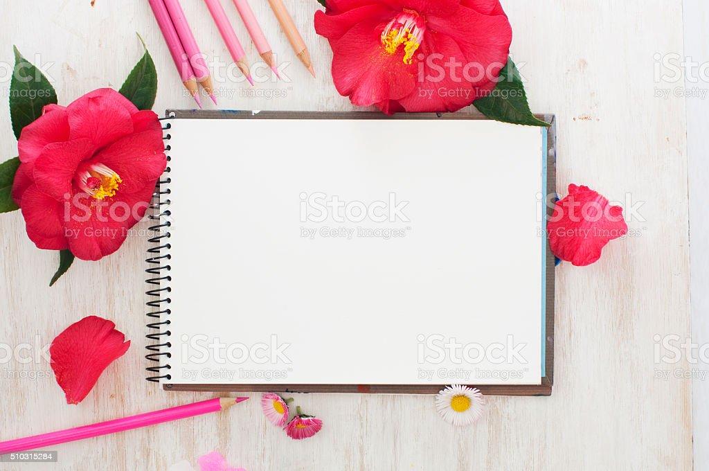Fotografía de Dibujo Libros Flores Y Lápices De Colores y más banco ...