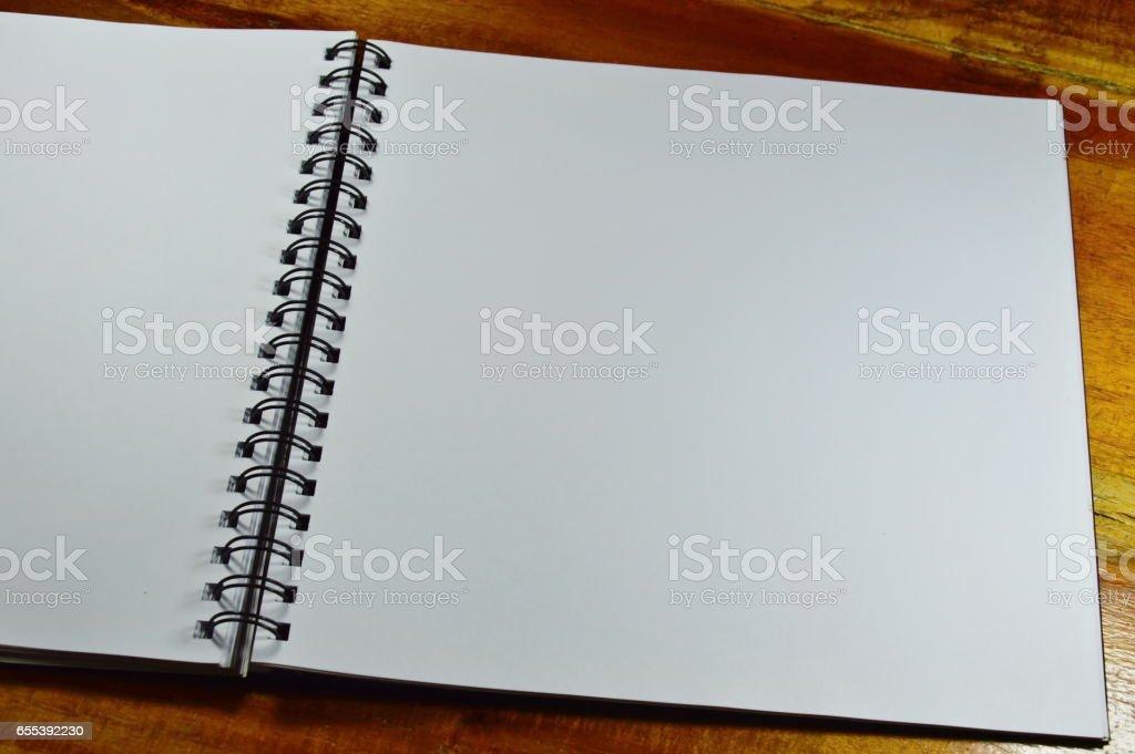 sketchbook loop side on table – Foto