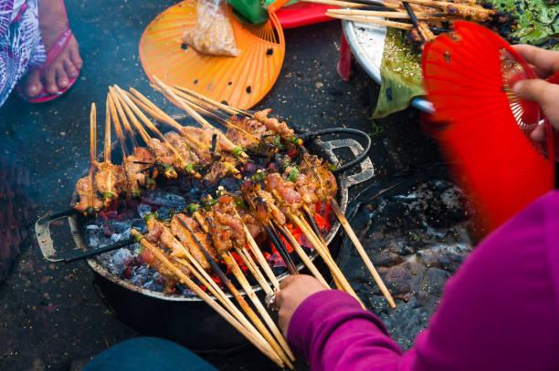 꼬치 구이 고기, 호이에서 인기 있는 지역의 길거리 음식, 베트남 - 호이안 뉴스 사진 이미지