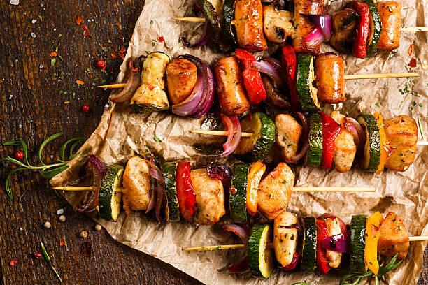 spieße mit gegrilltem fleisch und gemüse - paprika hähnchen stock-fotos und bilder