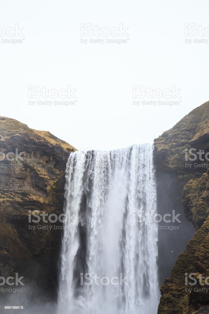 Skógafoss waterfall in southern Iceland on a cloudy winter day. foto stock royalty-free