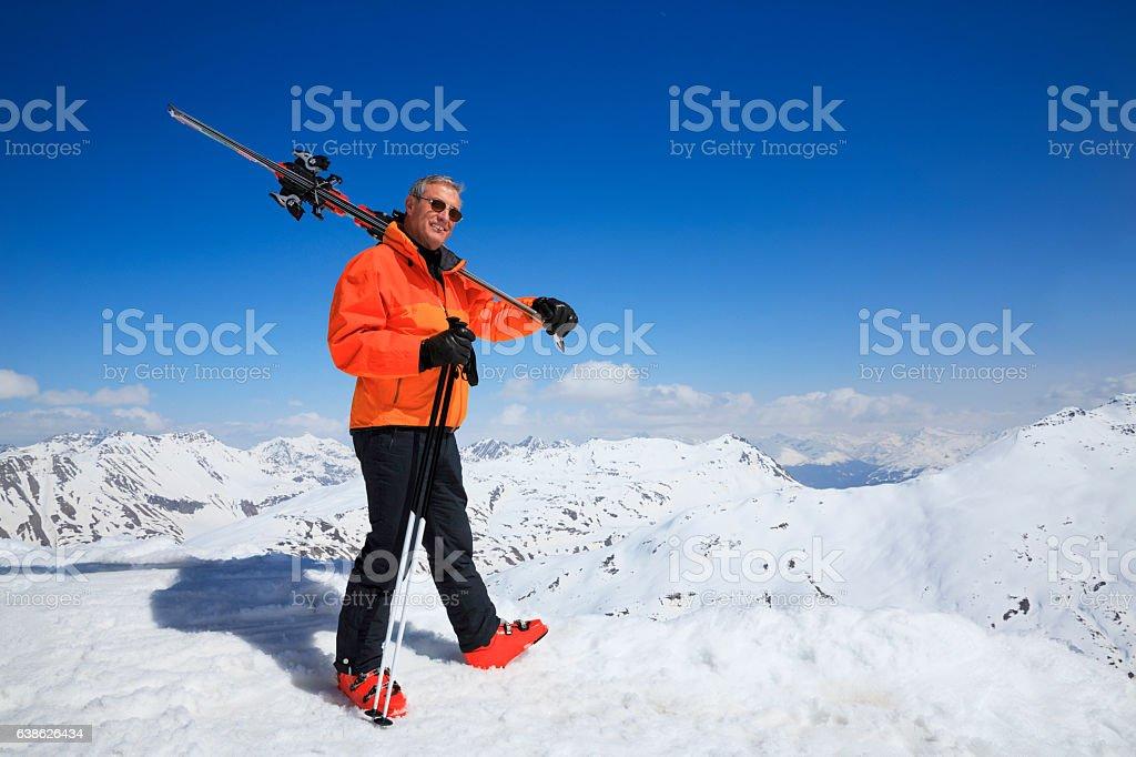 Ski Active senior men snow skier enjoying High snowy mountain – Foto