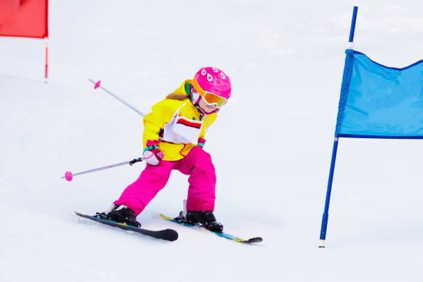 ski und schnee spaß. kinder skifahren. kind-wintersport. - skirennen stock-fotos und bilder