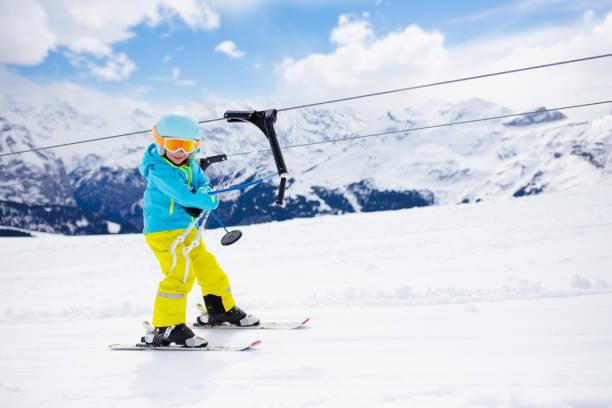 skidor och snö vinter roligt för barnen. barn skidor. - winter austria train bildbanksfoton och bilder