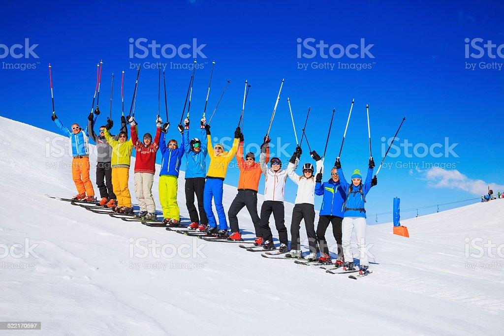 Ski club-school-Ausflüge bunte Gruppe von Pulverschnee Skifahrer – Foto