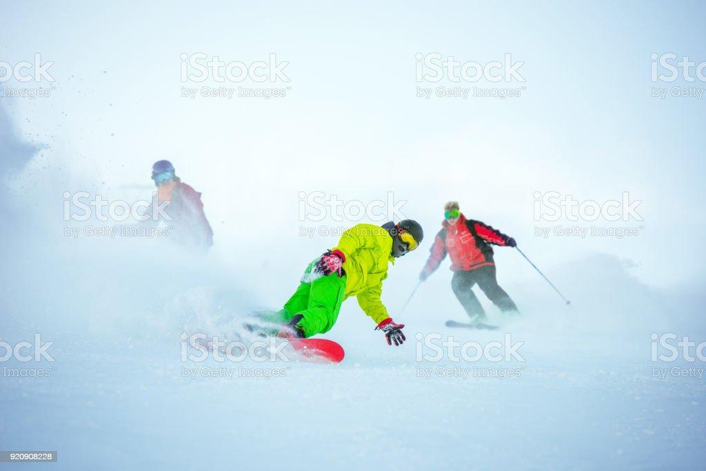 Concepto alpino de esquí con grupo de snowboarders - foto de stock