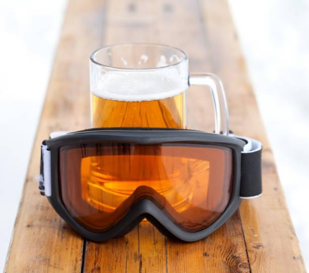 Ski goggles and glass mug with fresh cold beer - foto stock