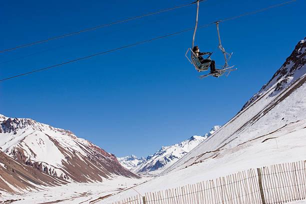 skilift in penitentes resort an einem sonnigen tag - elemi stock-fotos und bilder