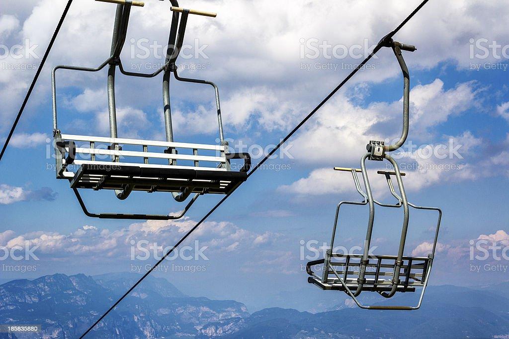 Skilift sitzen auf einem bewölkten Himmel – Foto