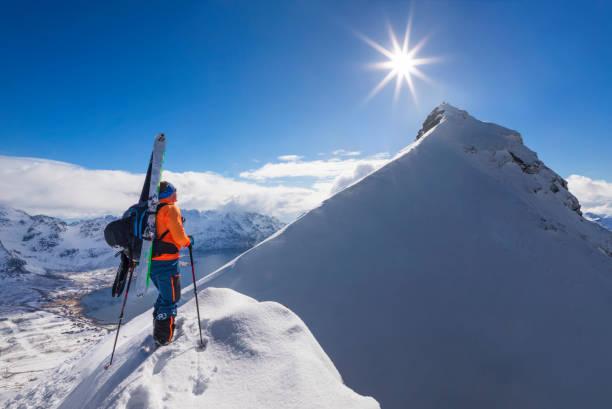 Skibergsteiger auf dem Weg zum Gipfel, Lofoten-Norwegen – Foto