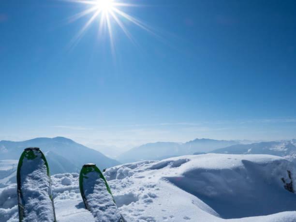 Auf einem Berg Ski – Foto