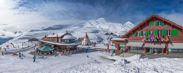 ski resort und skifahrer panorama in kleine scheidegg alpen der schweiz - hotel bern stock-fotos und bilder