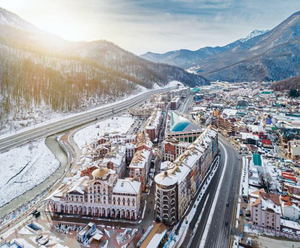 冬の谷のスキーリゾートエストサドク - クラスノダール市 ストックフォトと画像