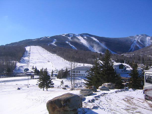 ski resort-überblick - hotel in den bergen stock-fotos und bilder
