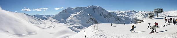 ski resort panoramic french alpes - fsachs78 stockfoto's en -beelden