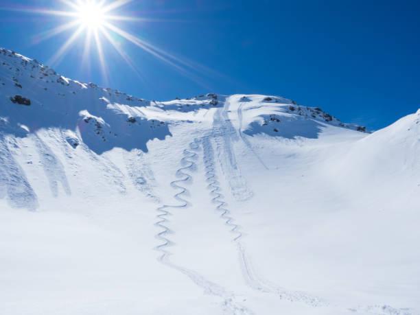 Skipisten im tiefen Schnee – Foto