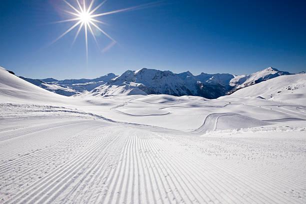 ski trail - skipiste stockfoto's en -beelden