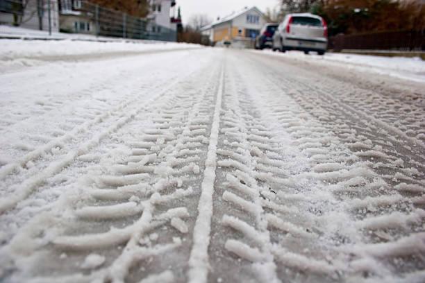 skidmarks im schnee - andreas weber stock-fotos und bilder
