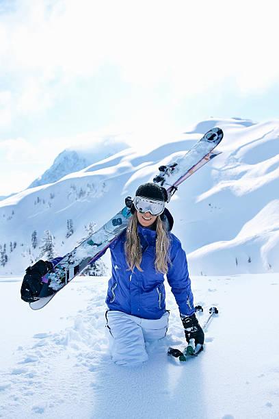 skieur portant des skis de neige - mont baker photos et images de collection