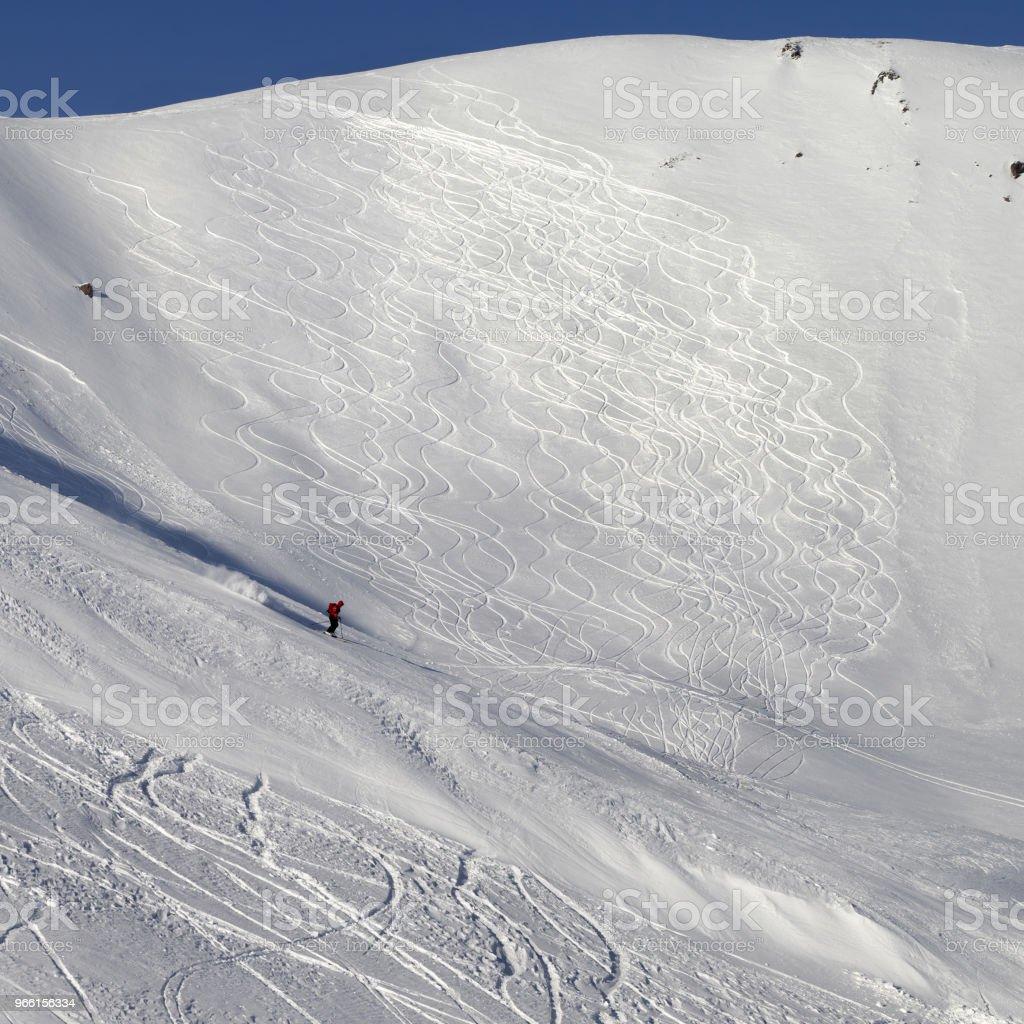 Skiër afdaling op besneeuwde skipiste voor freeride - Royalty-free Avontuur Stockfoto