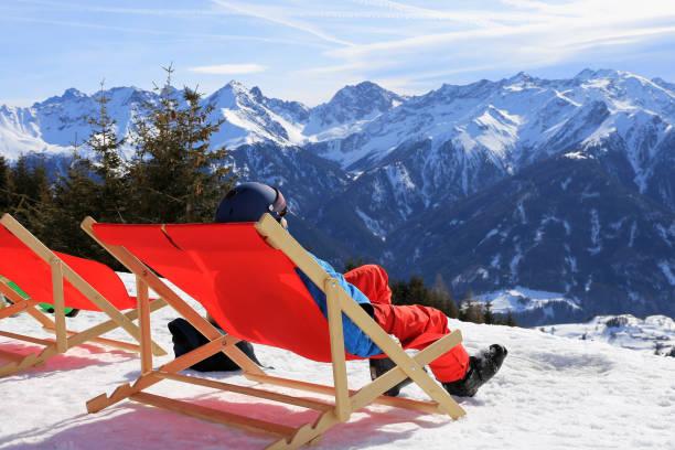 Skifahrer genießen das schöne Wetter im Liegestuhl – Foto