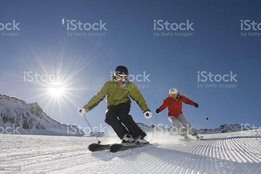 Skifahrer in Aktion mit der Sonne hinter – Foto