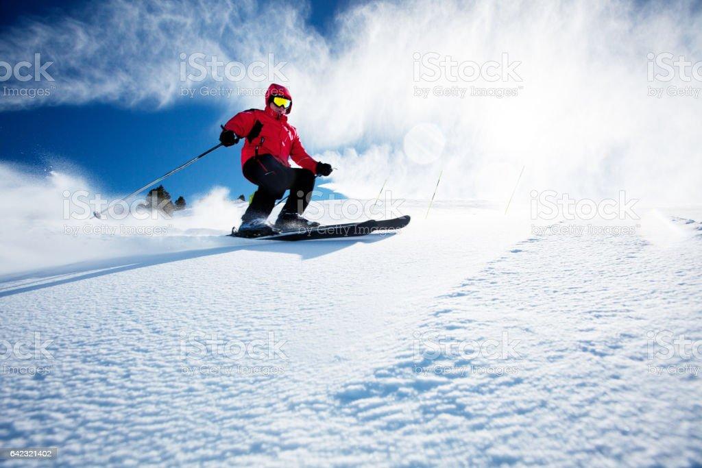 Esquiador nas montanhas - foto de acervo