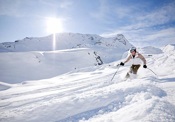 Skifahrer im Pulverschnee – Foto