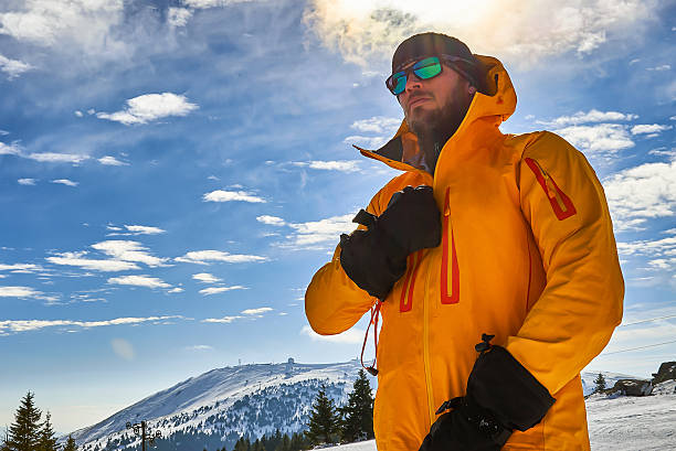 skier in the mountains - gute winterjacken stock-fotos und bilder